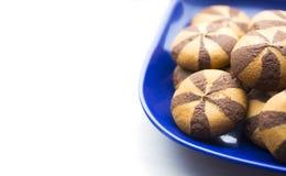 Печенья короткого печенья с добавлением шоколада в голубой плите Стоковое Изображение