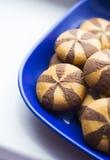 Печенья короткого печенья с добавлением шоколада в голубой плите Стоковое Изображение RF
