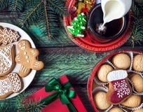 Печенья, кофе и настоящий момент рождества стоковые изображения rf