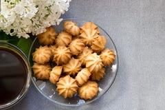 Печенья кофе и сирень на серой ткани Стоковое Фото