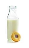 Печенья кольца варенья и бутылка молока Стоковое Изображение RF