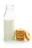 Печенья кольца варенья и бутылка молока Стоковое Фото