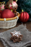 Печенья Кристмас с красными украшениями Кристмас Стоковое фото RF