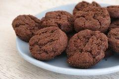 Печенья клейковины свободные с обломоками шоколада на голубой плите Стоковая Фотография