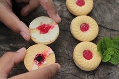 Печенья клубники очень вкусный на деревянной предпосылке Стоковое Изображение