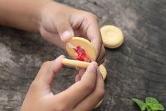 Печенья клубники очень вкусный на деревянной предпосылке Стоковое Изображение RF