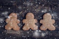 Печенья людей пряника рождества на деревянной предпосылке Стоковые Фотографии RF