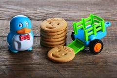 Печенья масла детей и игрушка корабля Стоковые Изображения