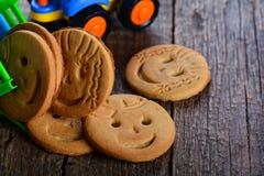 Печенья масла детей и игрушка корабля Стоковое фото RF