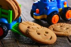 Печенья масла детей и игрушка корабля Стоковое Изображение