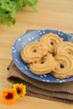 Печенья масла на голубой плите Стоковые Фотографии RF