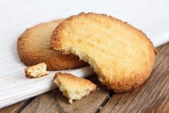 2 печенья масла на салфетке и древесине Стоковая Фотография
