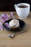 Печенья меренги и чашка чаю Стоковая Фотография RF