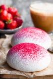 Печенья меренги с свежими ягодами Стоковая Фотография