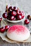 Печенья меренги с свежими ягодами Стоковое Изображение