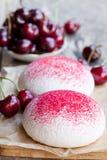 Печенья меренги с свежими ягодами Стоковые Изображения