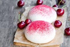 Печенья меренги с свежими ягодами Стоковые Фото