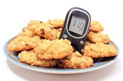 Печенья метра и овсяной каши глюкозы на белой предпосылке Стоковое Изображение RF