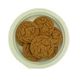 Печенья мелассы на бумажной тарелке Стоковая Фотография