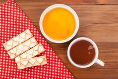 Печенья мед и чашка чаю Стоковое Фото