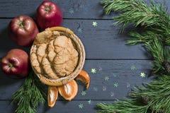 Печенья миндалины на tangerines деревянных плиты Стоковые Изображения
