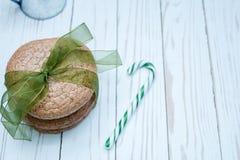 Печенья миндалины связанные с зеленой лентой на белой предпосылке Стоковая Фотография RF