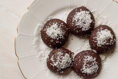 Печенья мини пирожного шоколада влажные с кокосом пудрят/Turkish Islak Kurabiye Стоковые Фотографии RF