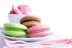 3 печенья миндалины (macaroons) с чашкой Стоковое Изображение