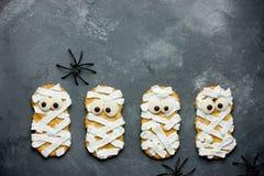 Печенья мумии для партии хеллоуина Тематическая предпосылка на Hallow Стоковое Фото