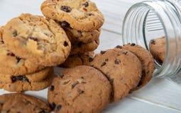 Печенья на белом деревянном столе стоковые изображения rf