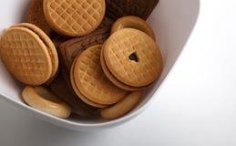 Печенья на белой прямоугольной плите Стоковые Фотографии RF