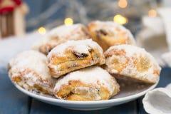 Печенья на белой плите на голубой предпосылке Стоковая Фотография