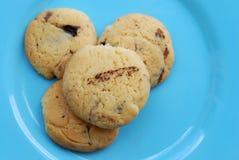 Печенья на голубой пластичной плите Стоковые Фотографии RF