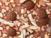 Печенья на темной салфетке с изображением сердец Стоковые Изображения RF