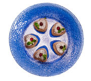 Печенья дня валентинки с клюквами и мятой на голубой плите. Стоковые Изображения