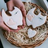 Печенья дня ` s валентинки в женском hans Стоковое Изображение RF
