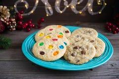 Печенья обломока и конфеты шоколада на плите Стоковое фото RF
