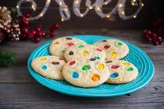 Печенья обломока и конфеты шоколада на плите Стоковые Фото