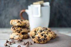 Печенья обломока шоколада с чашкой кофе фильтра на backgro нерезкости стоковые фотографии rf