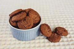 Печенья обломока шоколада темного коричневого цвета в меньшем голубом шаре Стоковые Фото