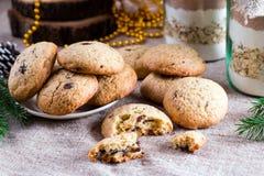 Печенья обломоков шоколада с подарком печенья смешивают в опарнике Стоковая Фотография