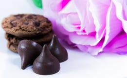 Печенья обломока шоколада и подняли Стоковая Фотография