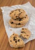 Печенья обломока шоколада на бумаге стоковая фотография