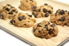 Печенья обломока шоколада на деревянном подносе Стоковые Фотографии RF