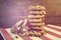 Печенья обломока шоколада на темной деревянной предпосылке Стоковое Изображение