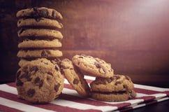 Печенья обломока шоколада на темной деревянной предпосылке Стоковые Изображения RF