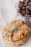 Печенья обломока шоколада связанные с шпагатом и обломоками в шаре Стоковая Фотография