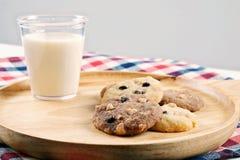 Печенья обломоков чашки и шоколада молока Стоковое фото RF