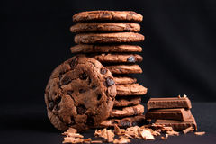 Печенья обломоков шоколада и черная предпосылка Стоковое Изображение RF