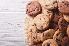Печенья обломоков шоколада на таблице горизонтальное взгляд сверху Стоковые Изображения RF